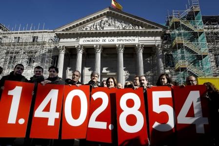 Concentración de la PAH frente al congreso el día de la votación Fuente: EFE/Emilio Naranjo