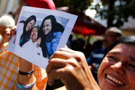 Mujer sostiene última fotografía de Chávez con vida. Fuente: http://imagenfinal.net