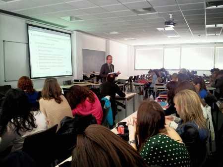 Jeff Galvin, agregado de prensa de la embajada de EEUU charla con los alumnos