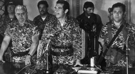En el centro, Efraín Ríos Montt. Fotografía tomada tras el golpe de estado de 1982. Fuente: semana.com