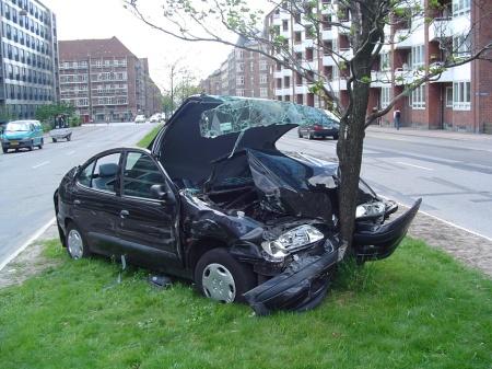 Coche estrellado contra árbol. Fuente: kenston.k12.oh.us