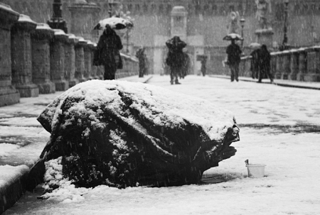 Mendigo bajo tormenta de nieve. Fuente: lazarohades.com
