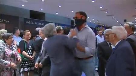 El diputado Sánchez Llibre es apartado de un empujón. Fuente: Abc.es