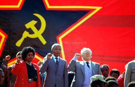 Mandela asiste a la reunión del Partido Comunista Nksoi Sikelele I'afrika junto con  Winnie Mandela y Jow Slovo en Soweto durante 1990. Foto: Greg Marinovich