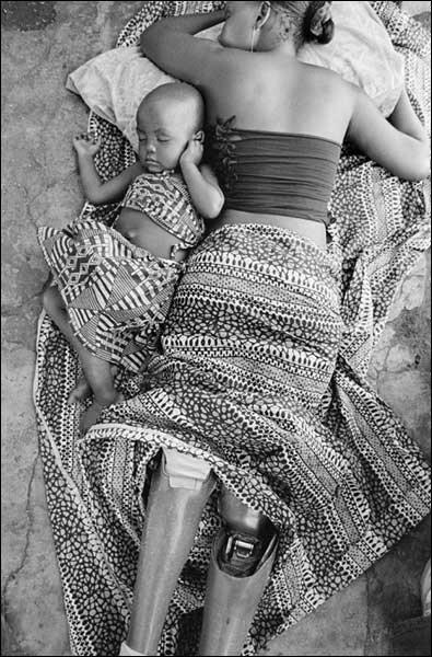 """Sofia Elface Fumo y su hija, fotografiada por Gervasio Sánchez para """"Vidas Minadas"""""""