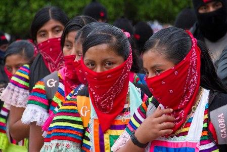 Mujeres zapatistas marchan desde Ocosingo. Foto: Moysés Zúñiga Santiago.