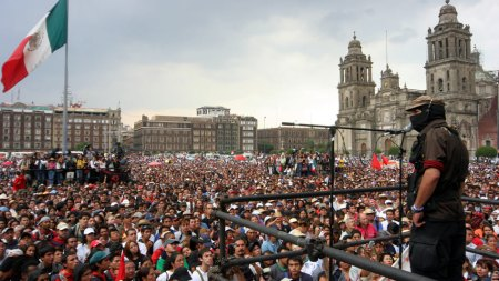 El zapatour llega a la plaza del Zócalo en México DF
